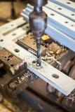 Сверлить внутри плоскую стальную пластину с сверлом стенда стоковое изображение rf
