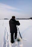 Сверлить колодцев на зима удя старый коричневый лед сверла стоковая фотография