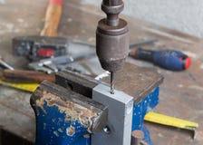 Сверлить металла с сверлом руки стоковые изображения rf