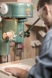 Сверло плотничества управляемое работником стоковые фото