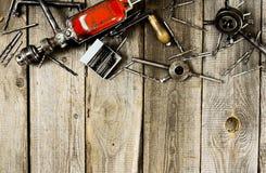 Сверло с сверлами на деревянной предпосылке Стоковые Фотографии RF