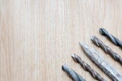 Сверля биты винта на деревянном столе Стоковые Изображения