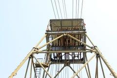 Сверля деррик-кран в железной шахте стоковые фотографии rf