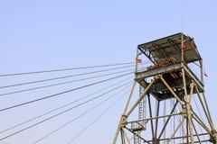 Сверля деррик-кран в железной шахте стоковые фото