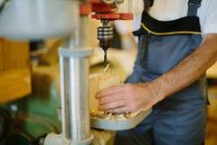 Сверля машина работая на плоской стальной пластине Стоковые Изображения RF
