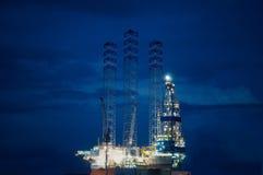 сверля оффшорное снаряжение нефтяной платформы Стоковая Фотография RF