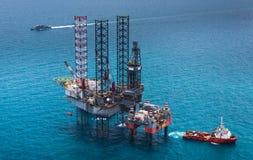 сверля оффшорное снаряжение нефтяной платформы стоковое фото rf