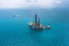 сверля оффшорное снаряжение нефтяной платформы Стоковое Фото
