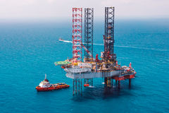 сверля оффшорное снаряжение нефтяной платформы Стоковые Фотографии RF