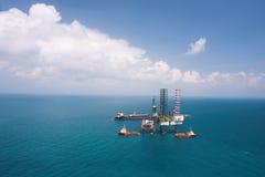сверля оффшорное снаряжение нефтяной платформы Стоковые Изображения RF