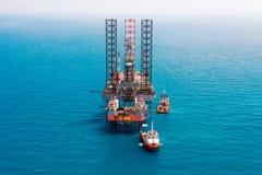 сверля оффшорное снаряжение нефтяной платформы Стоковые Изображения