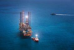 сверля оффшорное снаряжение нефтяной платформы Стоковые Фото