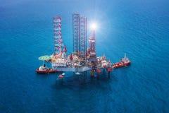 сверля оффшорное снаряжение нефтяной платформы Стоковая Фотография
