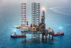 сверля оффшорное снаряжение нефтяной платформы Стоковое Изображение RF