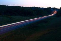 Света автомобиля на главном шоссе на ноче Стоковые Изображения