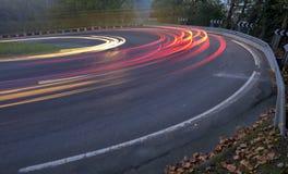 Света автомобиля бежать на дороге Стоковые Изображения RF