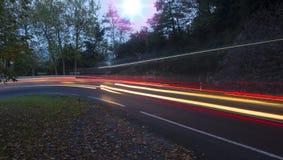 Света автомобиля бежать на дороге Стоковое фото RF
