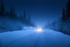 Света автомобиля и дороги зимы Стоковые Фото