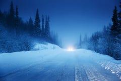 Света автомобиля и дороги зимы Стоковая Фотография