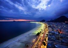 Света вечера пляжа Copacabana, Рио-де-Жанейро Стоковая Фотография