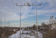 Света взлетно-посадочной дорожки авиаполя после обеда в зиме стоковые изображения rf