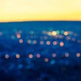 Света города запачкать резюмируют острословие предпосылки кругового bokeh голубое стоковые фото