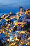 Света деревни Oia на ноче стоковые фотографии rf