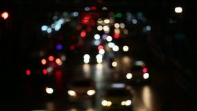 Света и движение города ночи Расплывчатые несосредоточенные света города и управлять автомобили, Бангкок видеоматериал