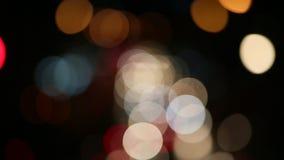 Света и движение города ночи Расплывчатые несосредоточенные света города и управлять автомобили сток-видео