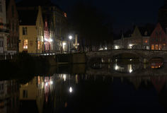 Света и мост ночи на канале в Брюгге Стоковая Фотография RF