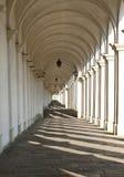 света и тени больших архитектурноакустических аркад стоковые фотографии rf
