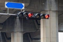 Света лампы островка безопасност красные стрелки для того чтобы остановить автомобиль с доской имен улицы Стоковые Фото