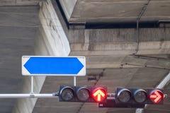 Света лампы островка безопасност красные стрелки для того чтобы остановить автомобиль с доской имен улицы Стоковая Фотография