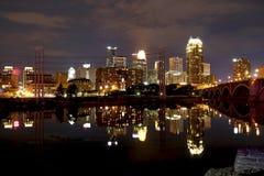 Света Миннеаполиса городские на ноче стоковая фотография rf