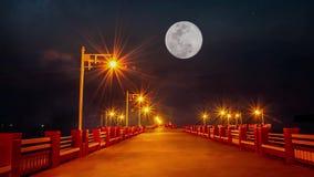 Света на мосте и полнолунии в темном небе вечером двигая вверх быстро в залив Prachuap, Таиланд акции видеоматериалы
