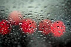 Света ночи городского движения увиденные через лобовое стекло в ненастной погоде абстрактная предпосылка Концепция города ночи Стоковые Фото