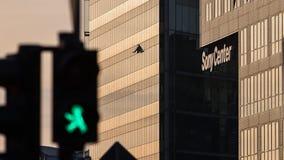 Света пешеходов зеленого цвета квадрата Берлина Потсдама с центром Sony стоковое фото