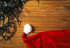 Света праздника красочные гирлянды, шляпы Санта Клауса стоковая фотография