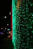 Света праздника накаляя вечером городской стоковая фотография