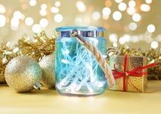 Света рождества в деревенском голубом опарнике против bokeh освещают backgro Стоковые Фотографии RF