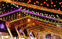 Света рождества и гирлянды шарика на улицах города Украшение Нового Года и рождества стоковое изображение