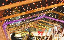Света рождества и гирлянды шарика на улицах города Украшение Нового Года и рождества стоковое фото