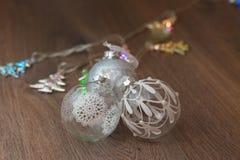 Света рождества и стеклянные шарики Стоковое Фото