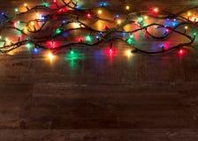 Света рождества на деревянной текстуре с местом для текста Стоковое фото RF