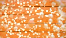 Света рождества на предпосылке деревянной доски Стоковые Изображения