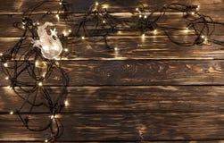 Света рождества с прозрачным снеговиком на деревянной предпосылке Стоковая Фотография