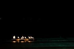 Света свечи в темной предпосылке Стоковое Фото