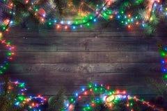 Света феи рождества на древесине Предпосылка рождества с светами стоковая фотография