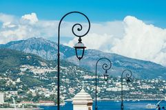 Света фонарика утюга на день улиц Монако солнечный стоковое фото rf