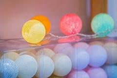 Света шариков хлопка, творческое украшение с красочной гирляндой шариков света хлопка в домашнем интерьере Стоковые Изображения